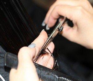 Vue rapprochée de cheveux coupés au ciseau